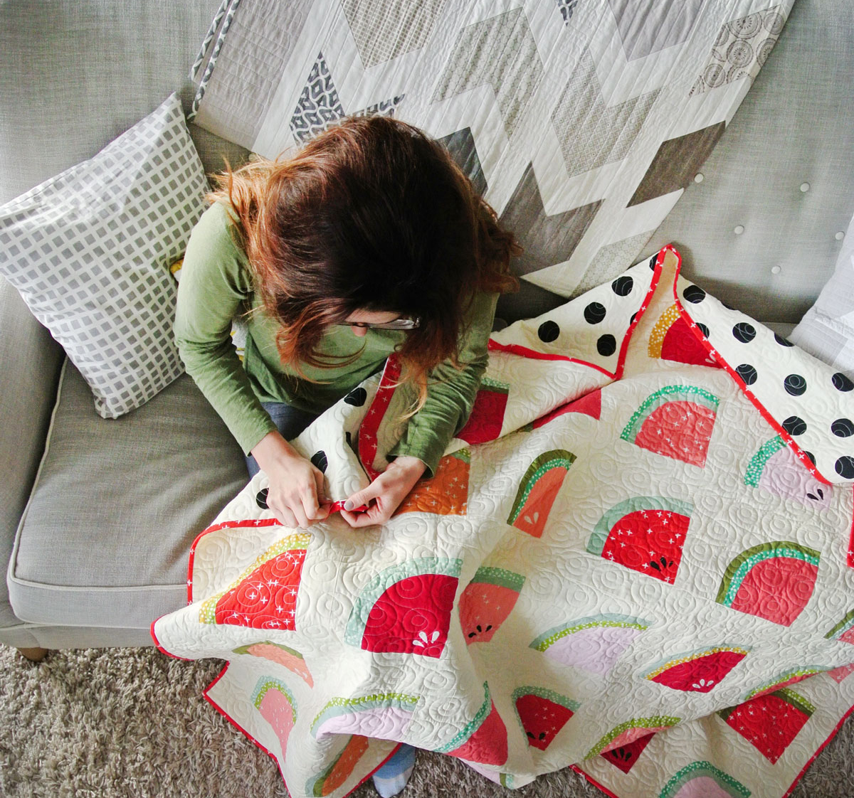 A complete tutorial on how to sew binding on a quilt. This video tutorial shows how to sew binding and attach it seamlessly to the edges of a quilt   Suzy Quilts - https://suzyquilts.com/how-to-sew-binding-on-a-quilt/
