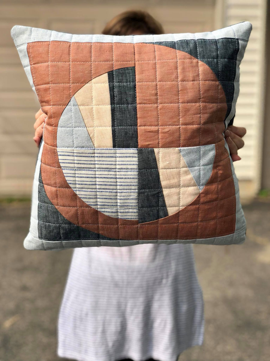 Make a Modern Fans pillow with this elegant quilt pattern and quilted zipper tutorial