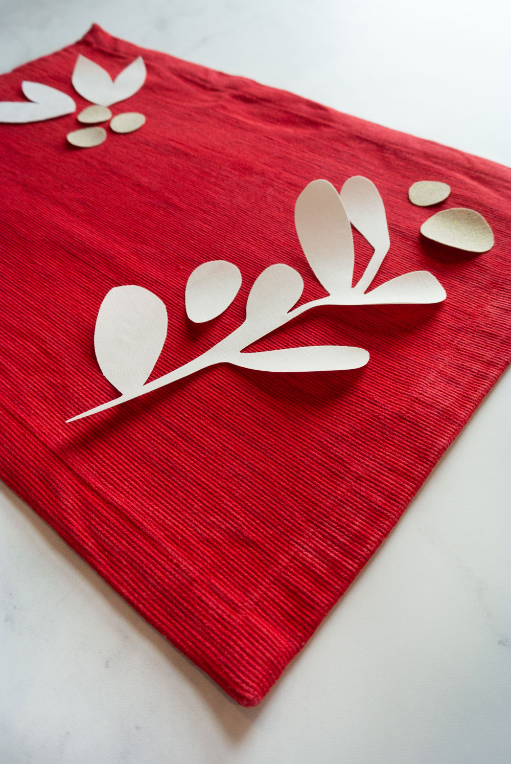 A FREE DIY Christmas placemats tutorial! This raw-edge applique sewing tutorial includes supplies, steps and a video tutorial PLUS free modern holiday applique templates! suzyquilts.com #Christmassewing #appliquetutorial