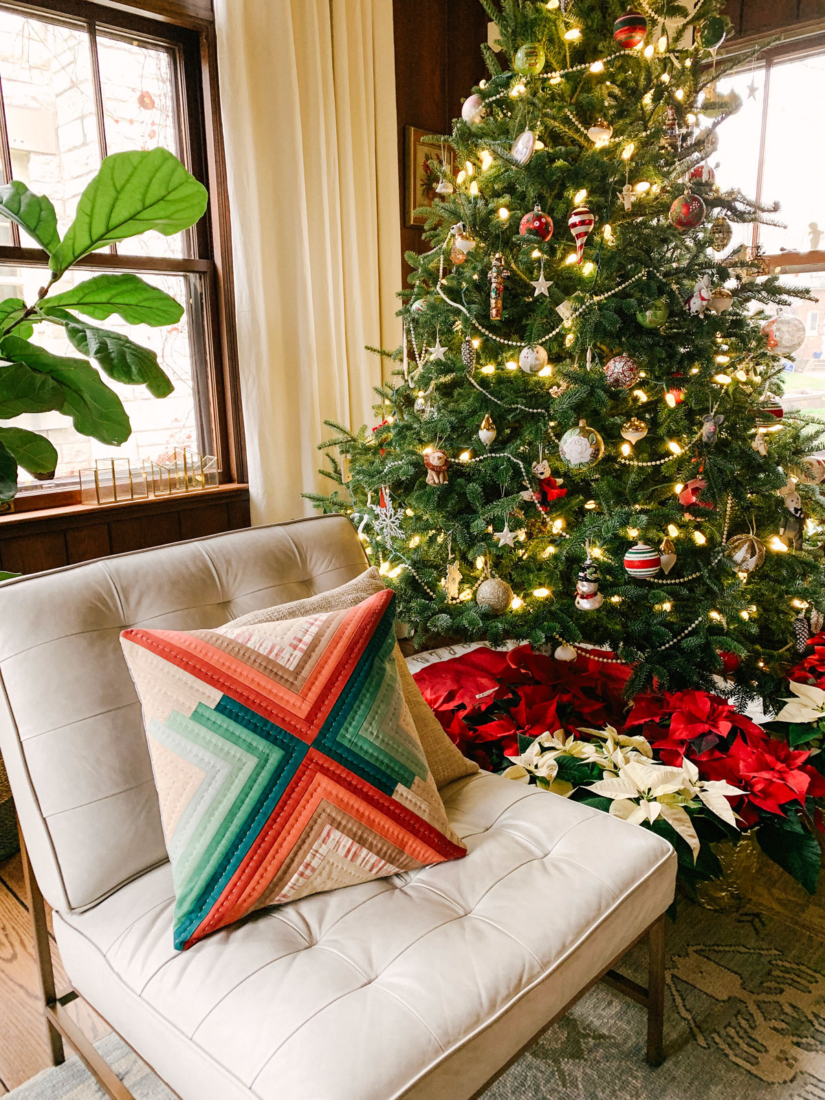 5 Small and Inexpensive DIY Sewing Christmas Gifts! Make a quilted pillow with red and green fabric. suzyquilts.com #Christmaspillow #pillowpattern