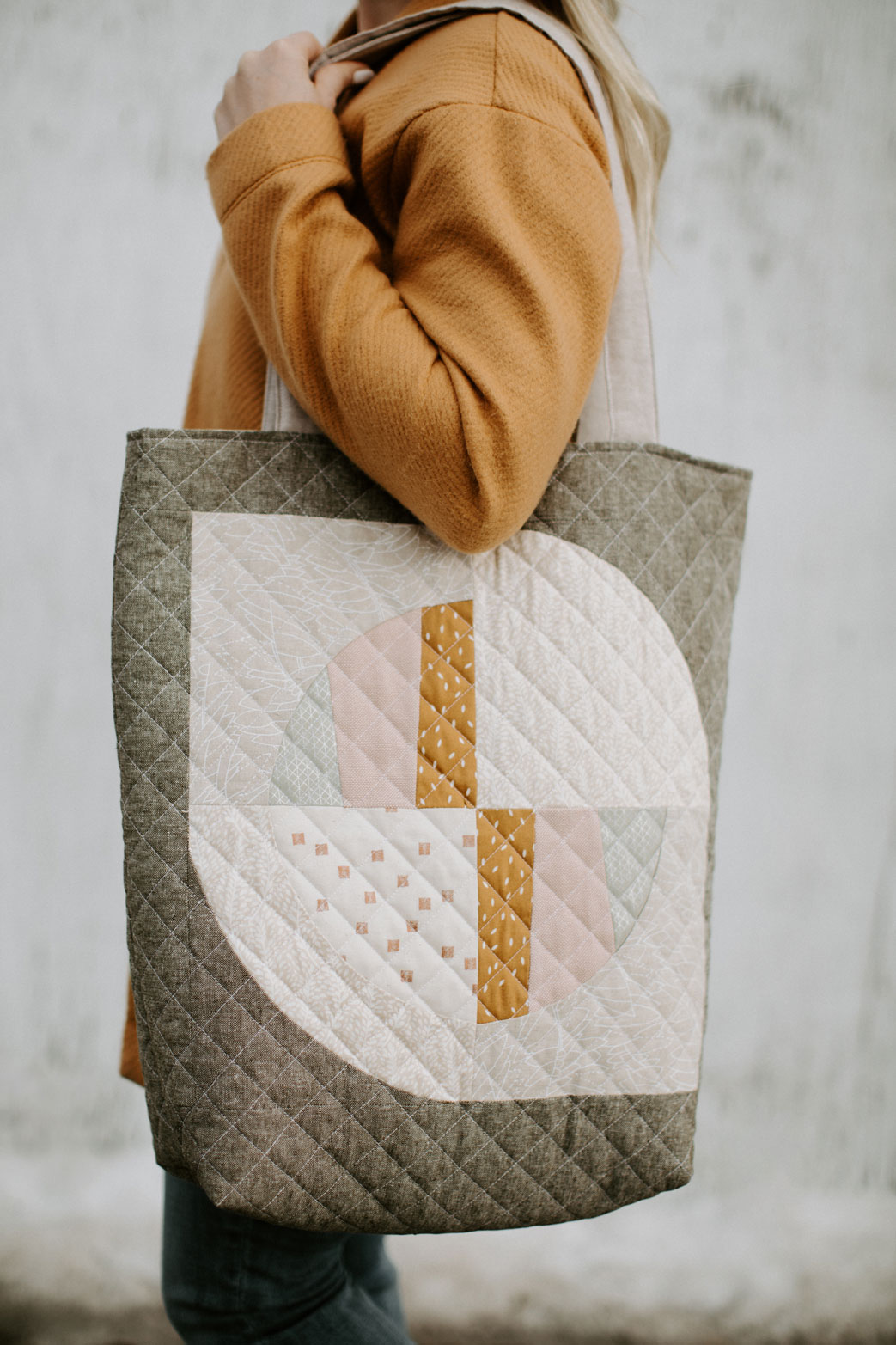 This FREE quilted tote bag tutorial shows step by step how to create a large tote bag using the Modern Fans quilt block pattern. suzyquilts.com #freesewingpattern