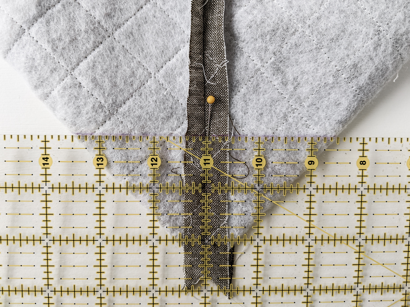This FREE quilted tote bag tutorial shows step by step how to create a large tote bag using the Modern Fans quilt block pattern. suzyquilts.com #quiltedtote