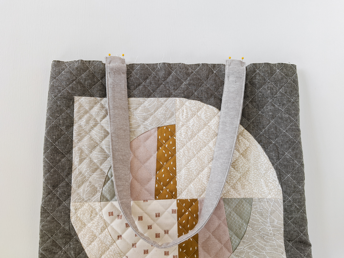 This FREE quilted tote bag tutorial shows step by step how to create a large tote bag using the Modern Fans quilt block pattern. suzyquilts.com #bagtutorial