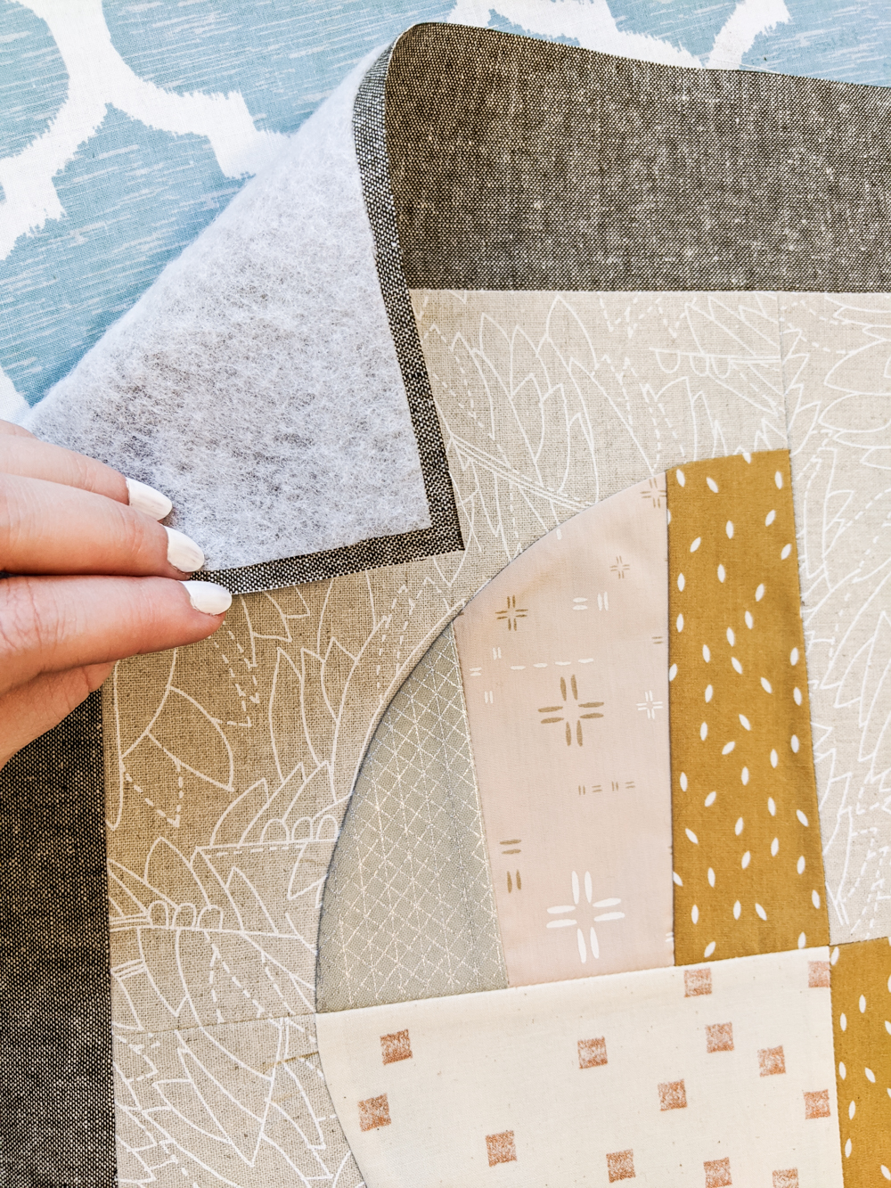 This FREE quilted tote bag tutorial shows step by step how to create a large tote bag using the Modern Fans quilt block pattern. suzyquilts.com #quilting