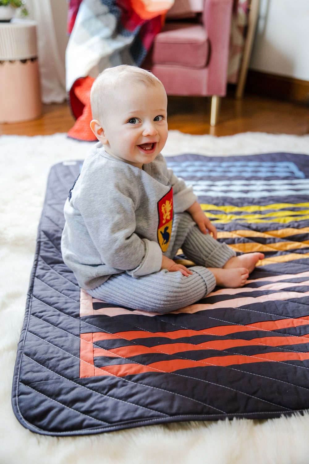 A small textiles company, based in Duluth, GA, makes rainbow baby quilts for a cause. Meesh Quilts is passionate about helping mothers and babies. suzyquilts.com #babyquilt