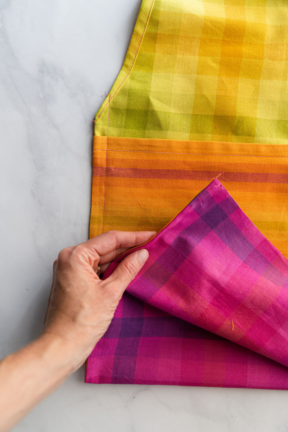In this free reusable market bag tutorial you only need basic sewing skills and 4 fat quarters of fabric. This sewing DIY is great for kids too! suzyquilts.com #DIYbag #beginnersewing #fatquarterpattern