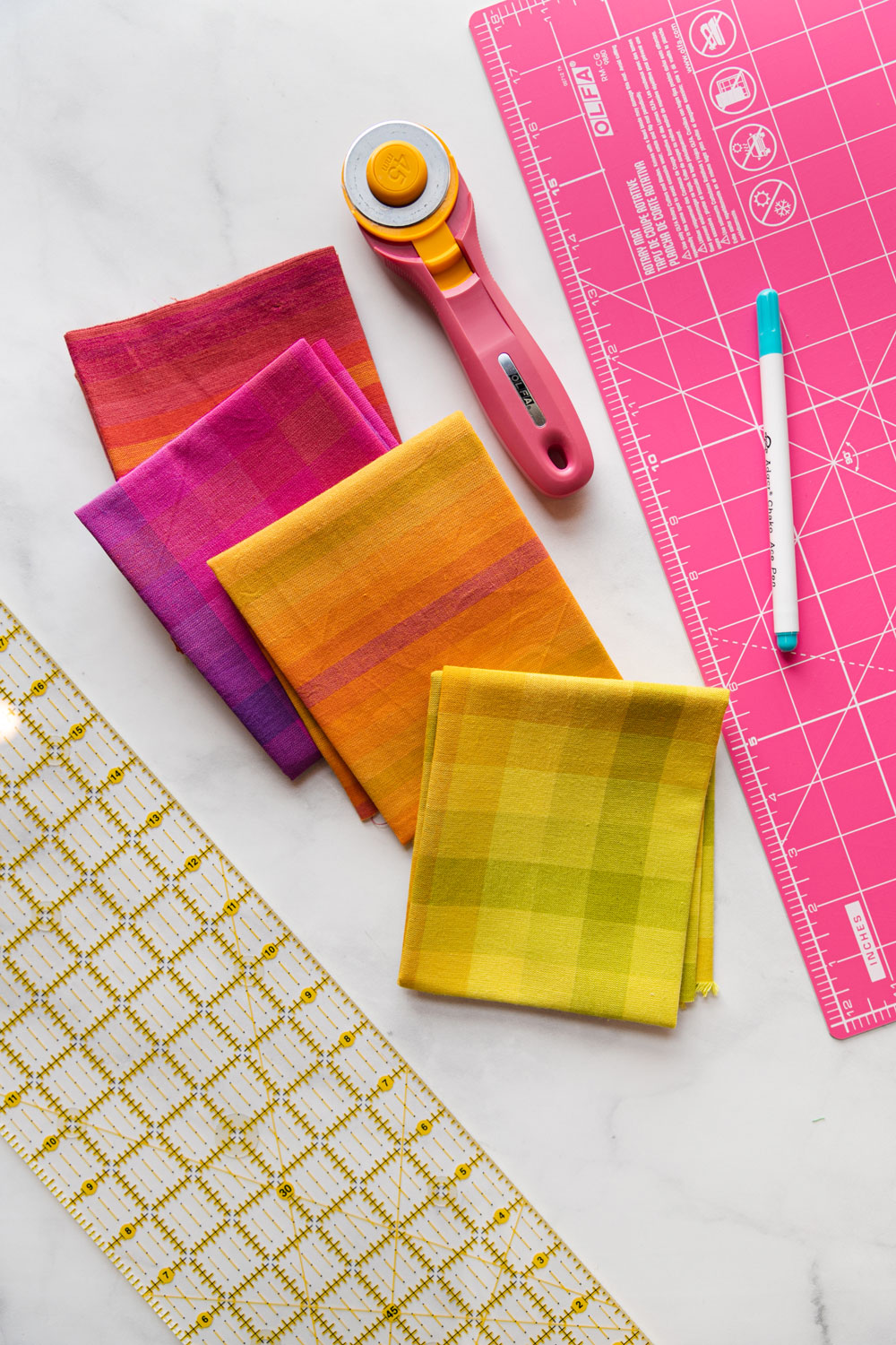 In this free reusable market bag tutorial you only need basic sewing skills and 4 fat quarters of fabric. This sewing DIY is great for kids too! suzyquilts.com #DIYbag #beginnersewing #fatquarter
