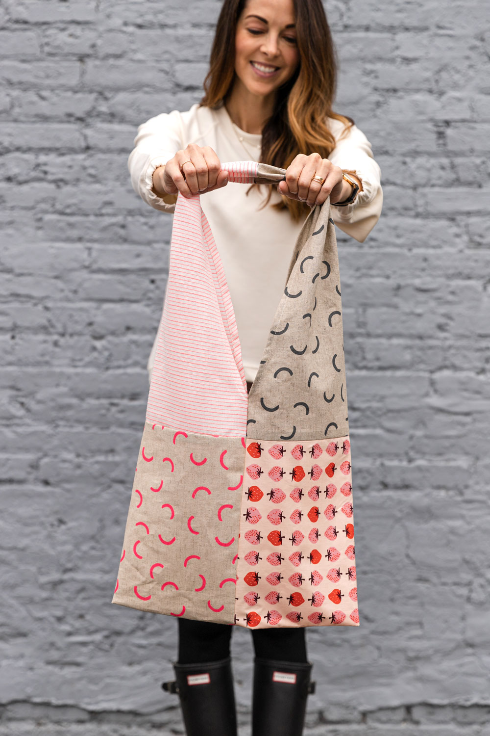In this free reusable market bag tutorial you only need basic sewing skills and 4 fat quarters of fabric. This sewing DIY is great for kids too! suzyquilts.com #freebagpattern #beginnersewing #patchworkbag
