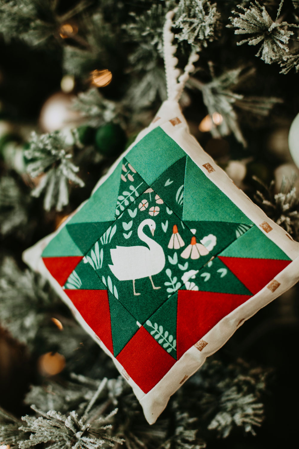 This Christmas Tree Ornament Tutorial walks you through an easy DIY project based on the Stars Hollow Quilt pattern by Suzy Quilts | suzyquilts.com #ornamenttutorial #DIYornament