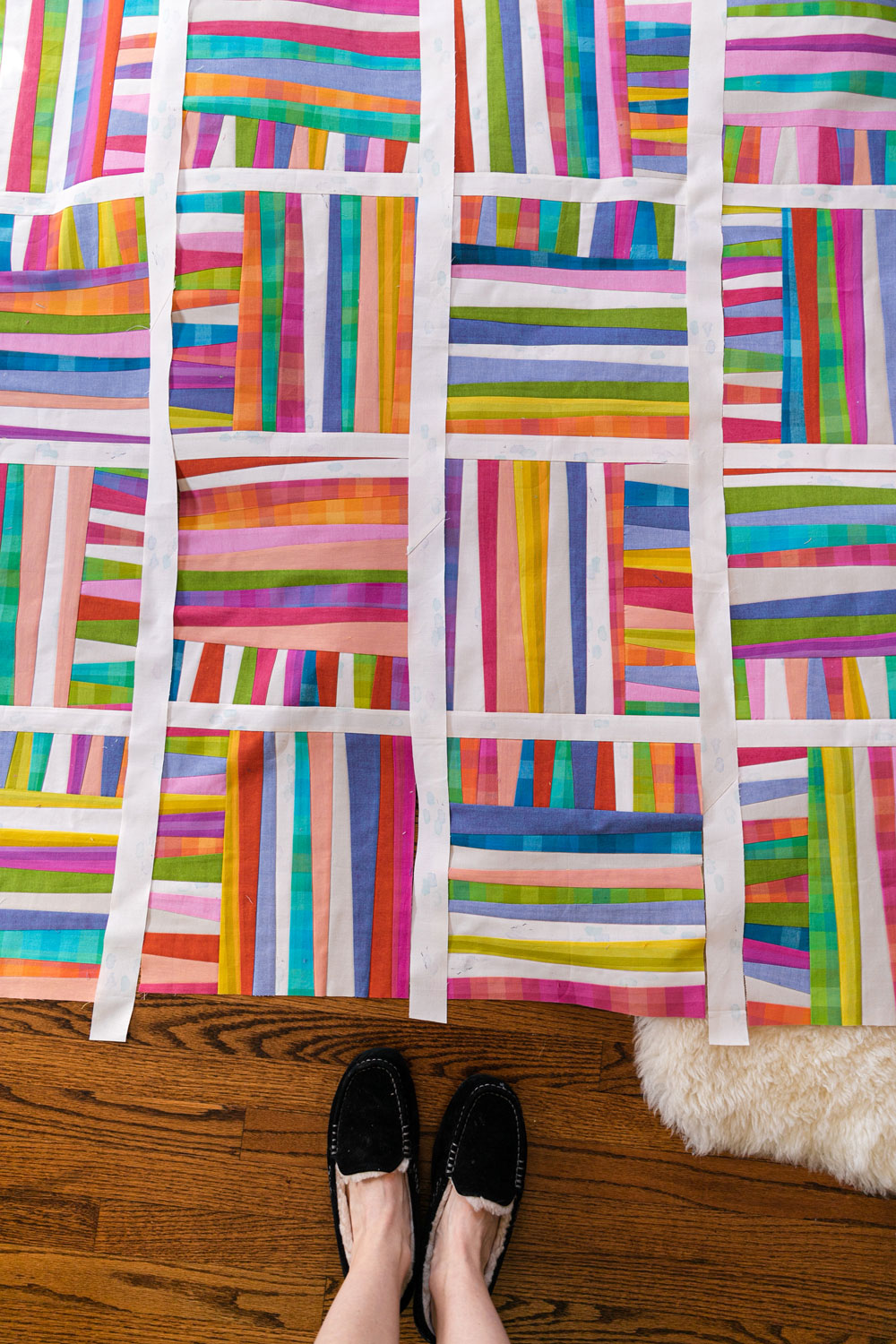 The Shine quilt sew along includes lots of added tips and videos to help you make this modern quilt pattern. This fat quarter quilt pattern is beginner friendly and focuses on improv sewing. suzyquilts.com #fatquarterpattern #quilting