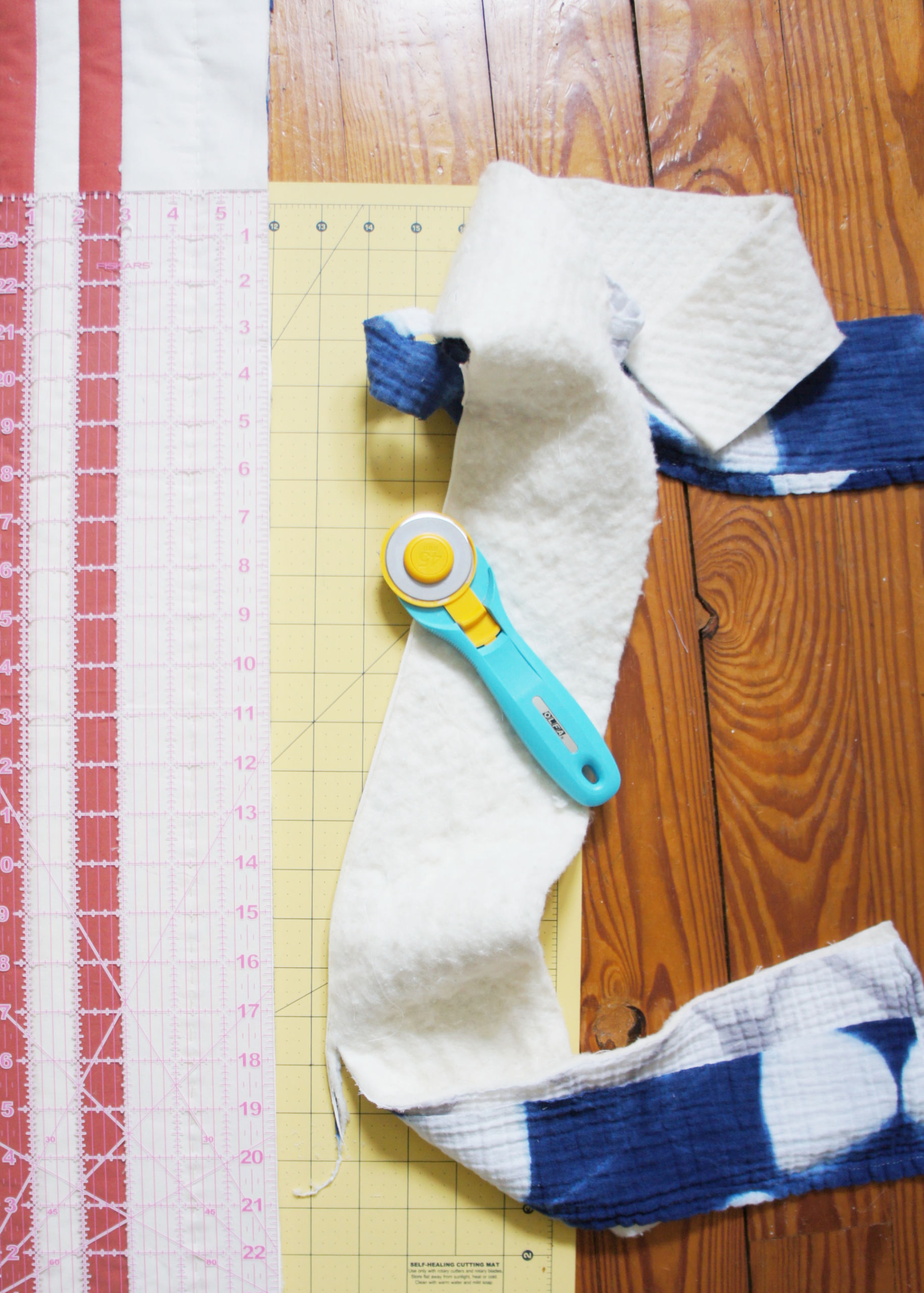 Beginner friendly DIY rounded quilt corners tutorial! These step by step photo instructions include tips and tools. suzyquilts.com #quilting #quilttutorial