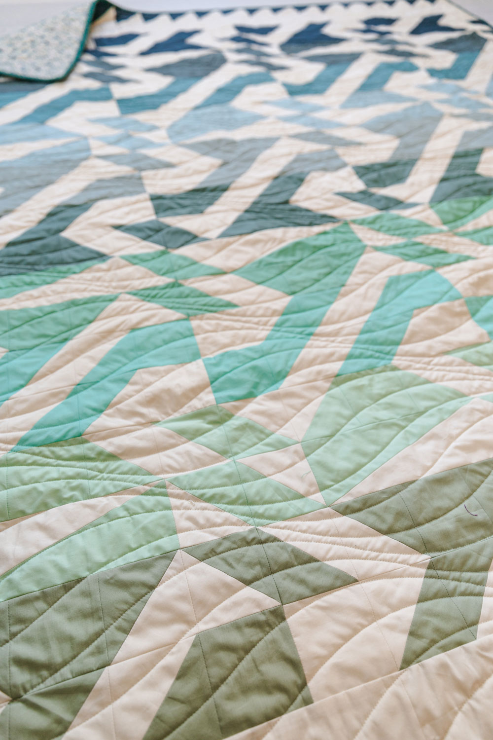 The Voyage quilt pattern is fat quarter friendly and a great quilt pattern for beginners – includes lots of extra video tutorials. suzyquilts.com #ombrequilt #quiltpattern