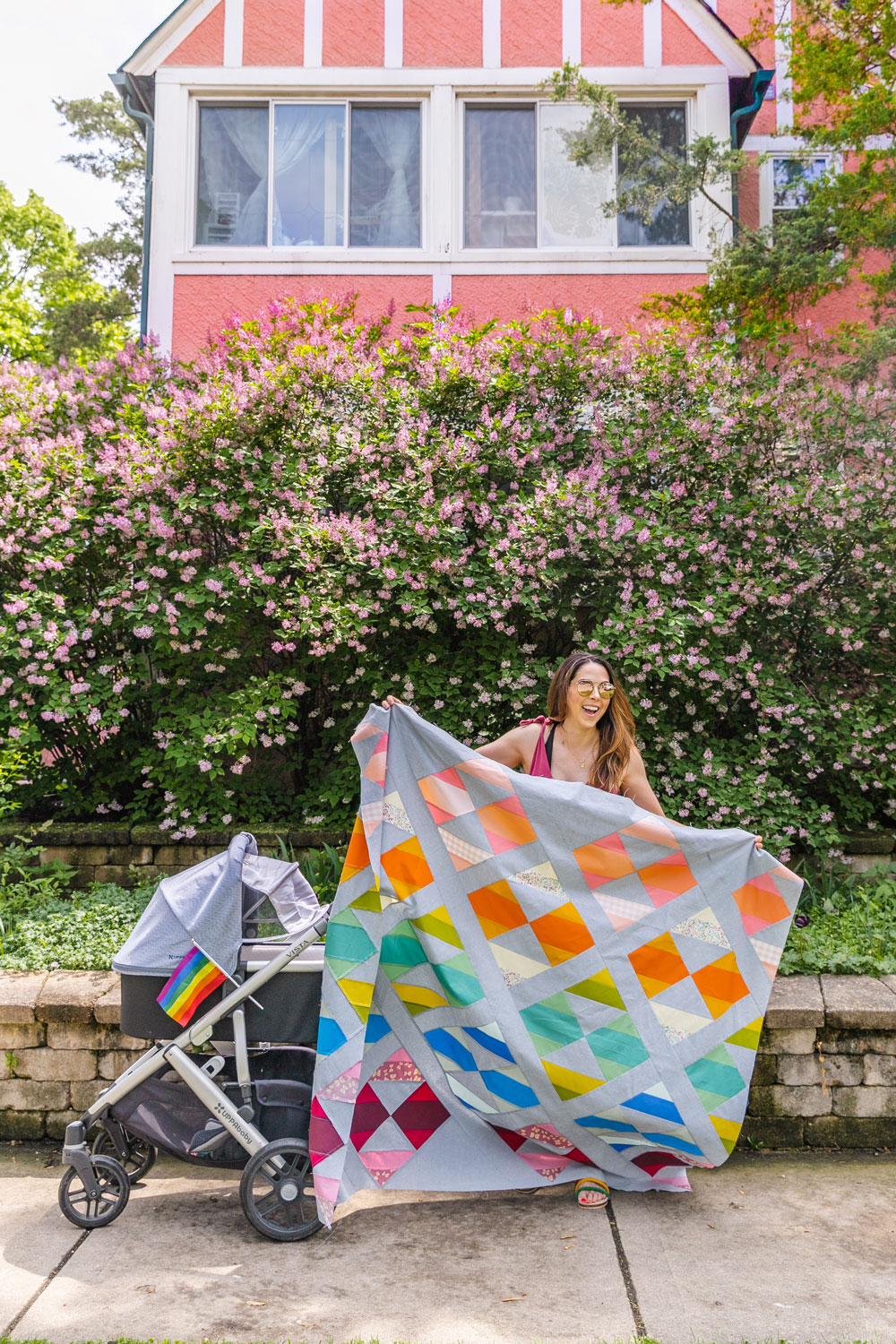 This modern fat quarter quilt pattern is a good beginner quilt pattern and makes a beautiful scrap quilt. The sewing pattern also includes instructions for a limited-color version. suzyquilts.com #quiltpattern #modernquilt