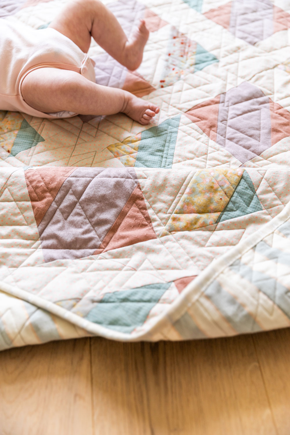 The New Horizons quilt pattern uses large quilt blocks, making it the perfect quilt pattern for double gauze! suzyquilts.com #babyquilt #doublegauze