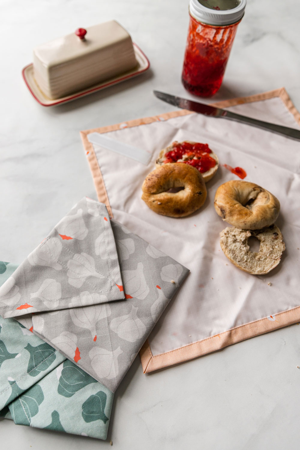 This DIY reusable sandwich wrap tutorial will help you become more green at home! A free scrap fabric pattern tutorial! suzyquilts.com #DIY #recycle