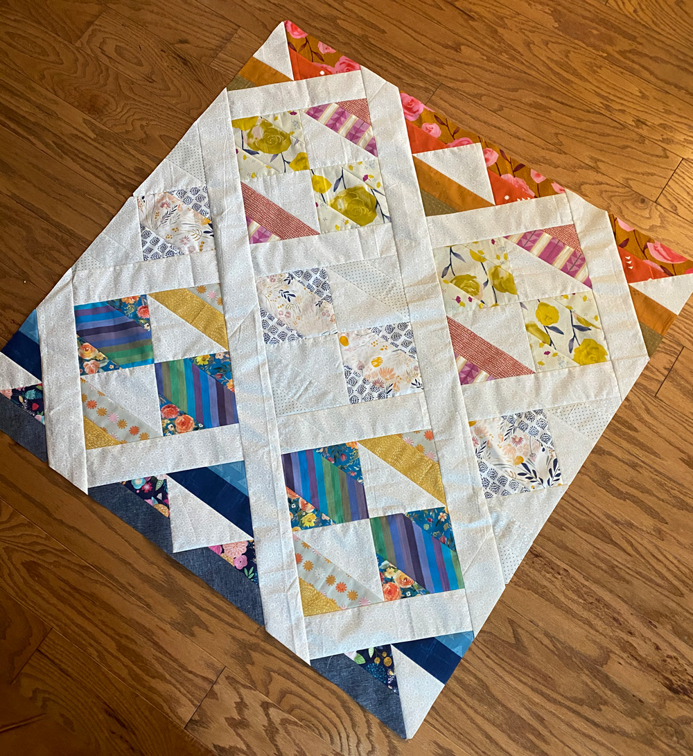 This modern fat quarter quilt pattern is a good beginner quilt pattern and makes a beautiful scrap quilt. The sewing pattern also includes instructions for a limited-color version. suzyquilts.com #quiltpattern #fqquilt