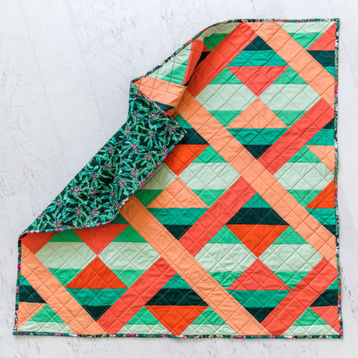 This modern fat quarter quilt pattern is beginner friendly and a great quilt pattern for using scrap fabric – includes limited-color instructions. suzyquilts.com #quiltpattern #modernquilt