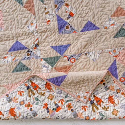 Summer Haze is a modern fat quarter quilt pattern that is beginner friendly and a great quilt pattern for using scrap fabric. Use the basic half square triangle to make this quilt! suzyquilts.com #quiltpattern #modernquilt
