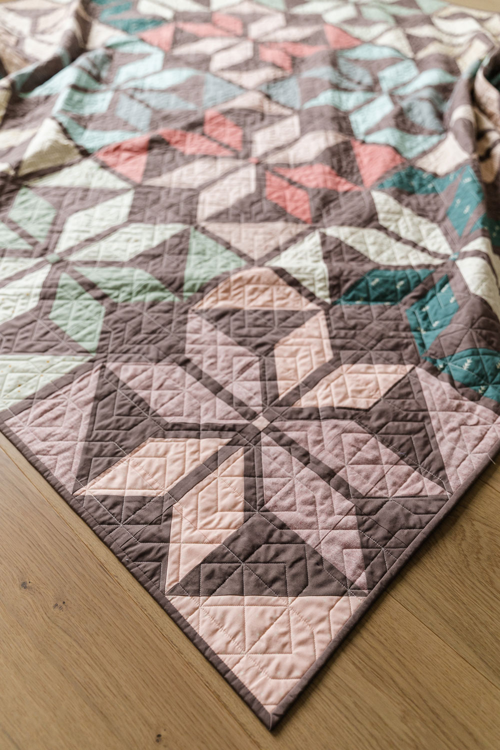 Holiday Party is a fat quarter friendly Christmas quilt pattern that includes a video tutorial and queen quilt, twin quilt, throw quilt and baby quilt sizes and color variations! suzyquilts.com #starquilt #quiltpattern